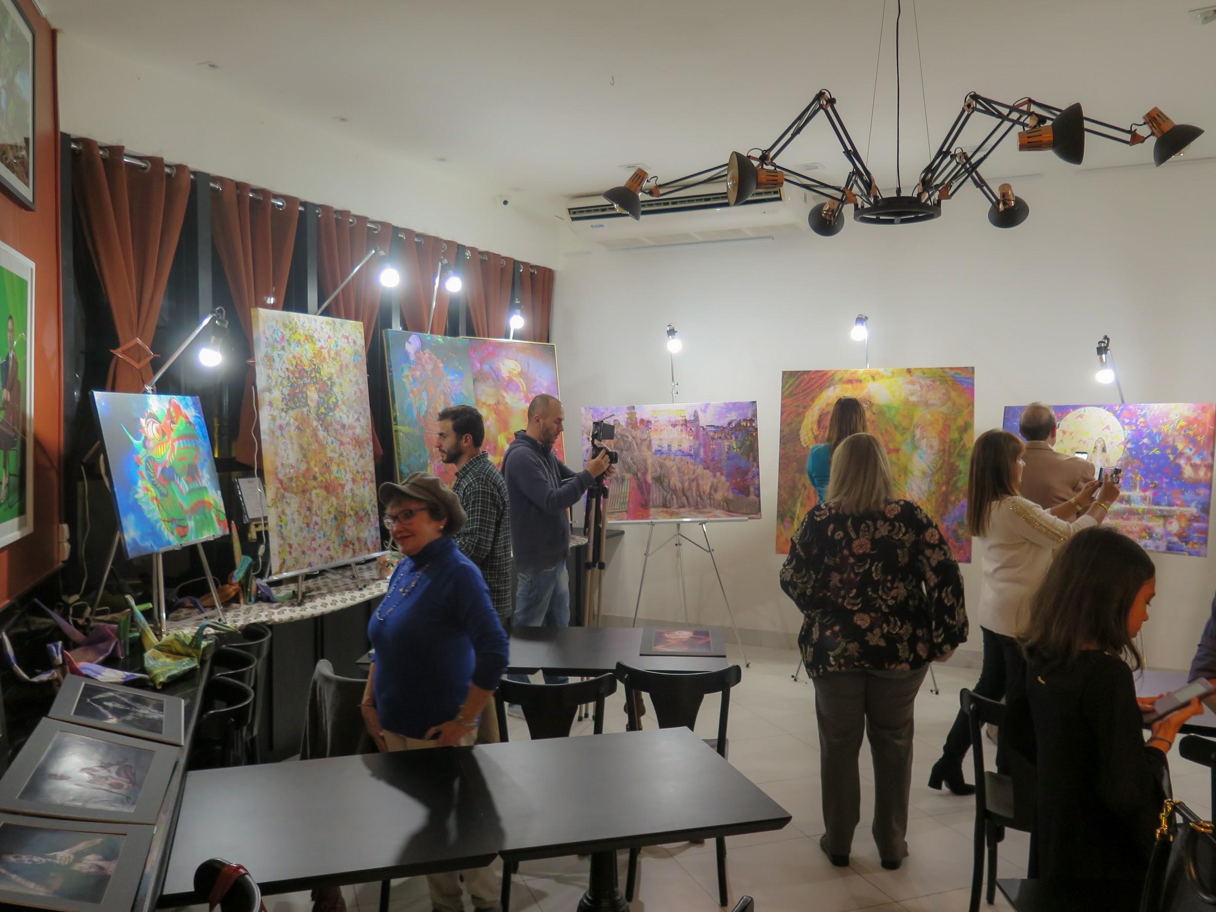 Público do Workshop de Henrique Vieira Filho selecionando dentre suas obras por critérios emocionais e, até mesmo, aleatórios, como o sorteio