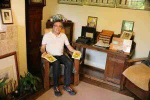 Henrique Vieira Filho com as versões em inglês de seus livros sobre Terapia Floral no Bach Centre